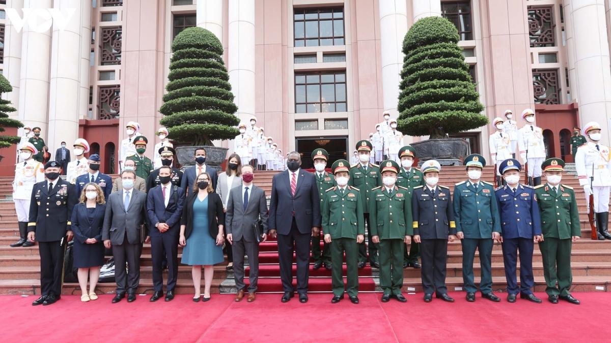 Bộ trưởng Quốc phòng Phan Văn Giang và Bộ trưởng Quốc phòng Mỹ - Lloyd Austin (giữa) chụp ảnh lưu niệm tại trụ sở Bộ Quốc phòng.