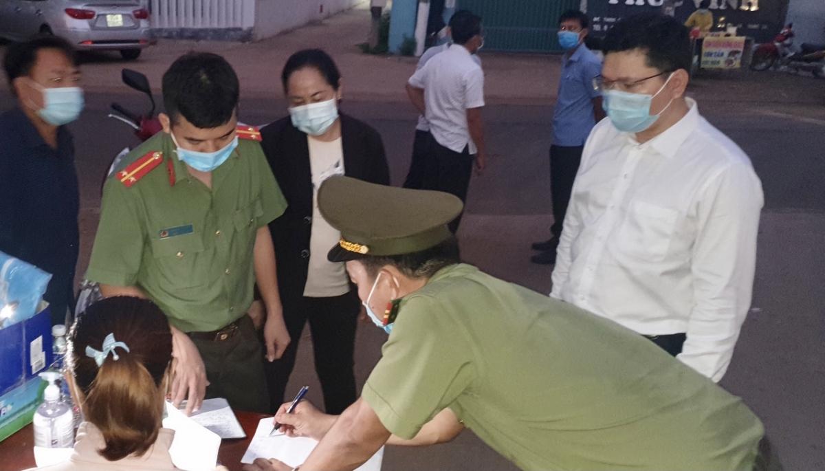 Phát hiện F0 nhân viên y tế và chính quyền địa phương tổ chức ngăn chặn không để lây lan. (Ảnh minh họa)