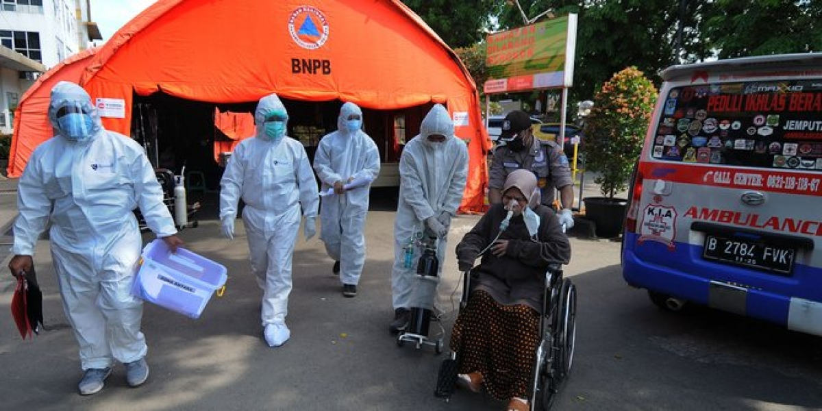 Bệnh viện quá tải, Indonesia lập thêm nhiều lều dã chiến cho bệnh nhân Covid-19 (Nguồn: Merdeka)