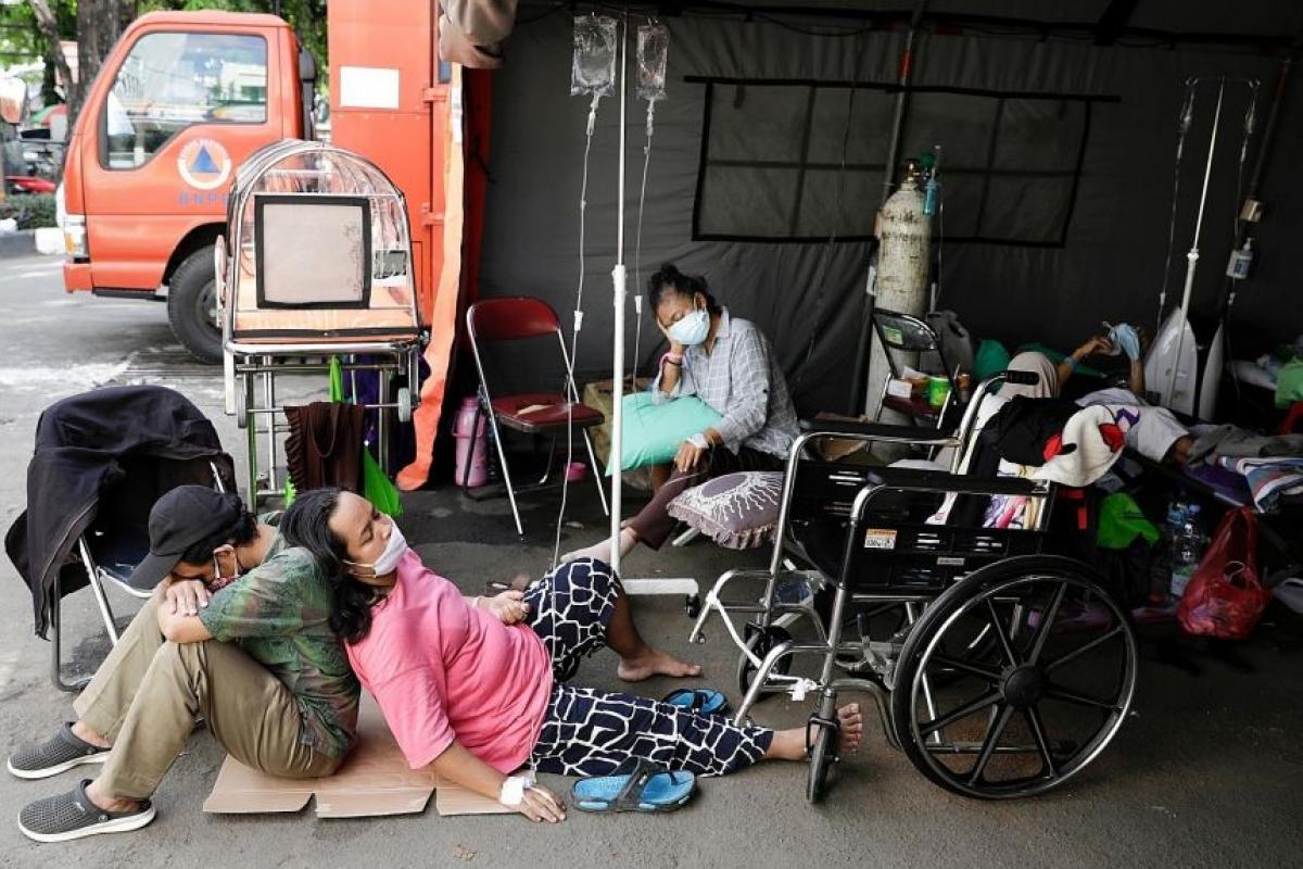 Các bệnh nhân Covid-19 tại khu lều tạm bên ngoài bệnh viện Bakasi, ngoại ô thủ đô Jakarta hồi tháng 6/2021. Ảnh: Reuters