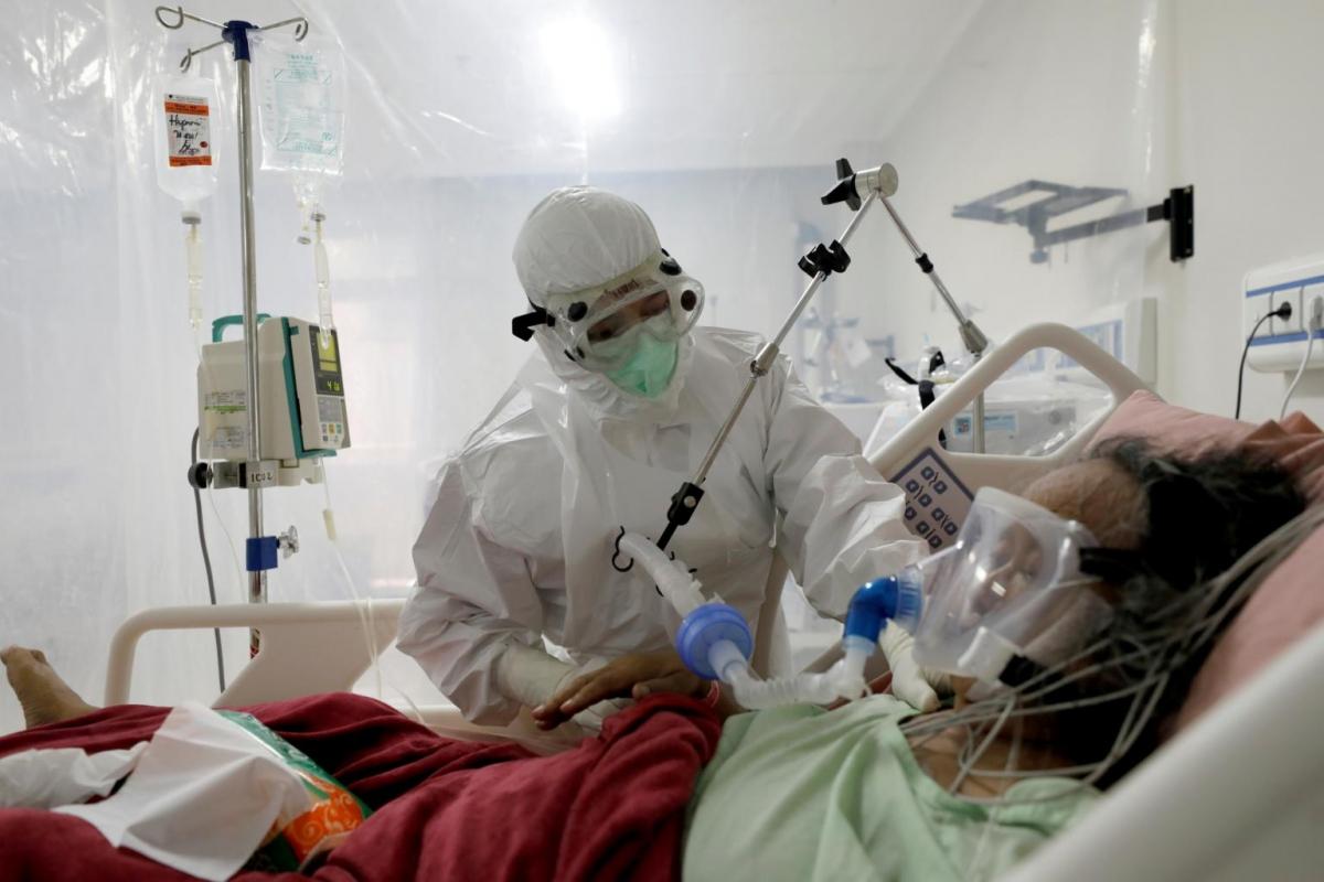 Hệ thống y tế mong manh của Indonesia đang bên bờ vực sụp đổ vì sóng thần Covid-19. Ảnh: Reuters