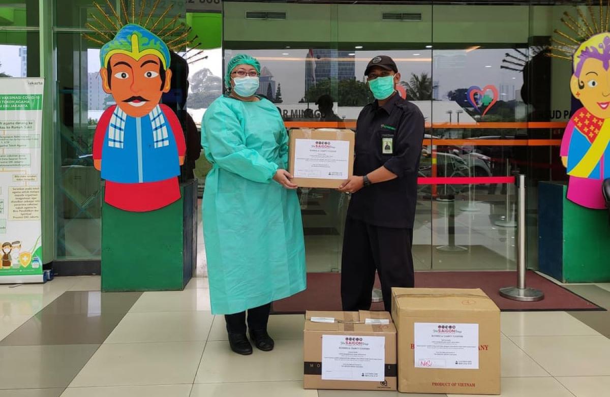 Trao tặng 100 suất ăn cho các bác sĩ bệnh viện Pasar Minggu, thủ đô Jakarta.