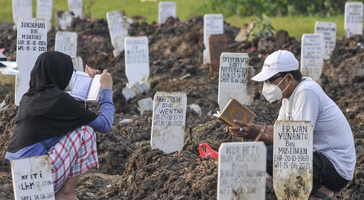 Gia đình các nạn nhân đọc kinh cho người thân đã mất. Nguồn: Media Indonesia