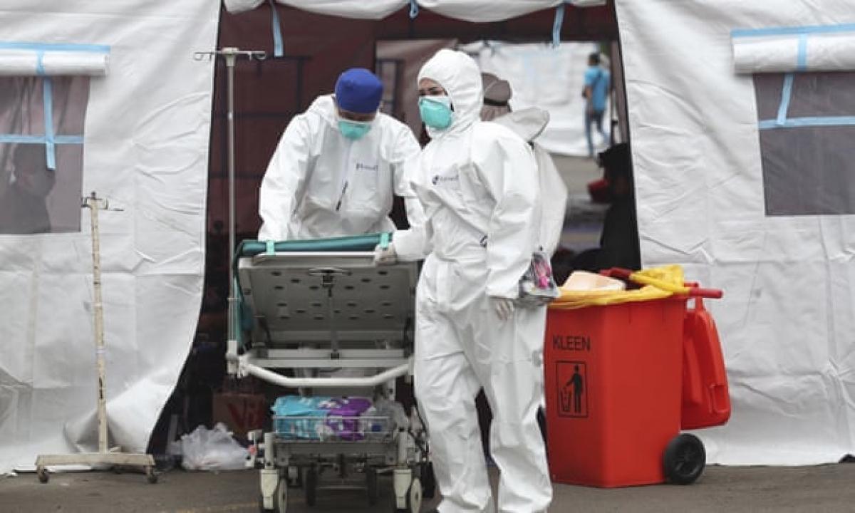 Các bệnh viện trên đảo Java của Indonesia đang cạn kiệt nguồn oxy, thuốc men, giường bệnh và cả nhân viên y tế trong bối cảnh số ca mắc Covid-19 tăng vọt. Ảnh: AP