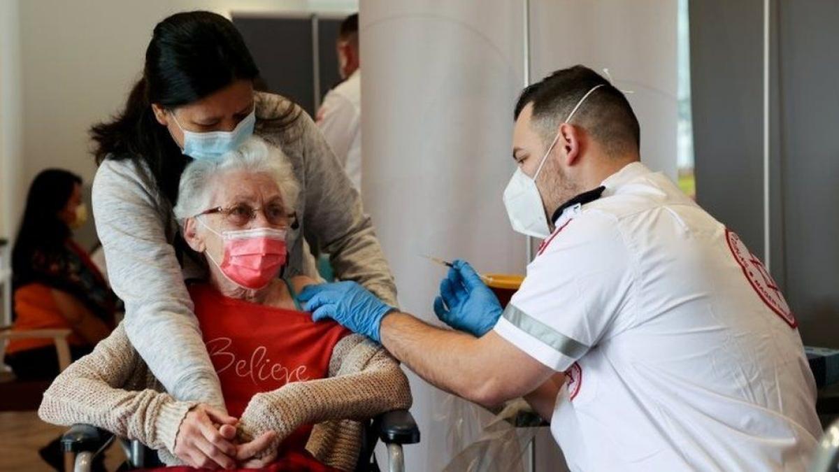 Isrel triển khai mũi tiêm tăng cường cho người trên 60 tuổi. Ảnh: BBC