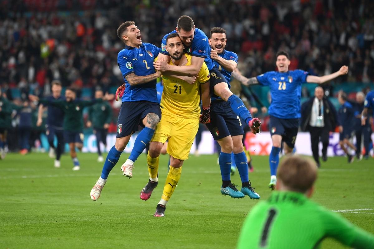 Thủ môn Gianluigi Donnaruma trở thành người hùng của Italia.