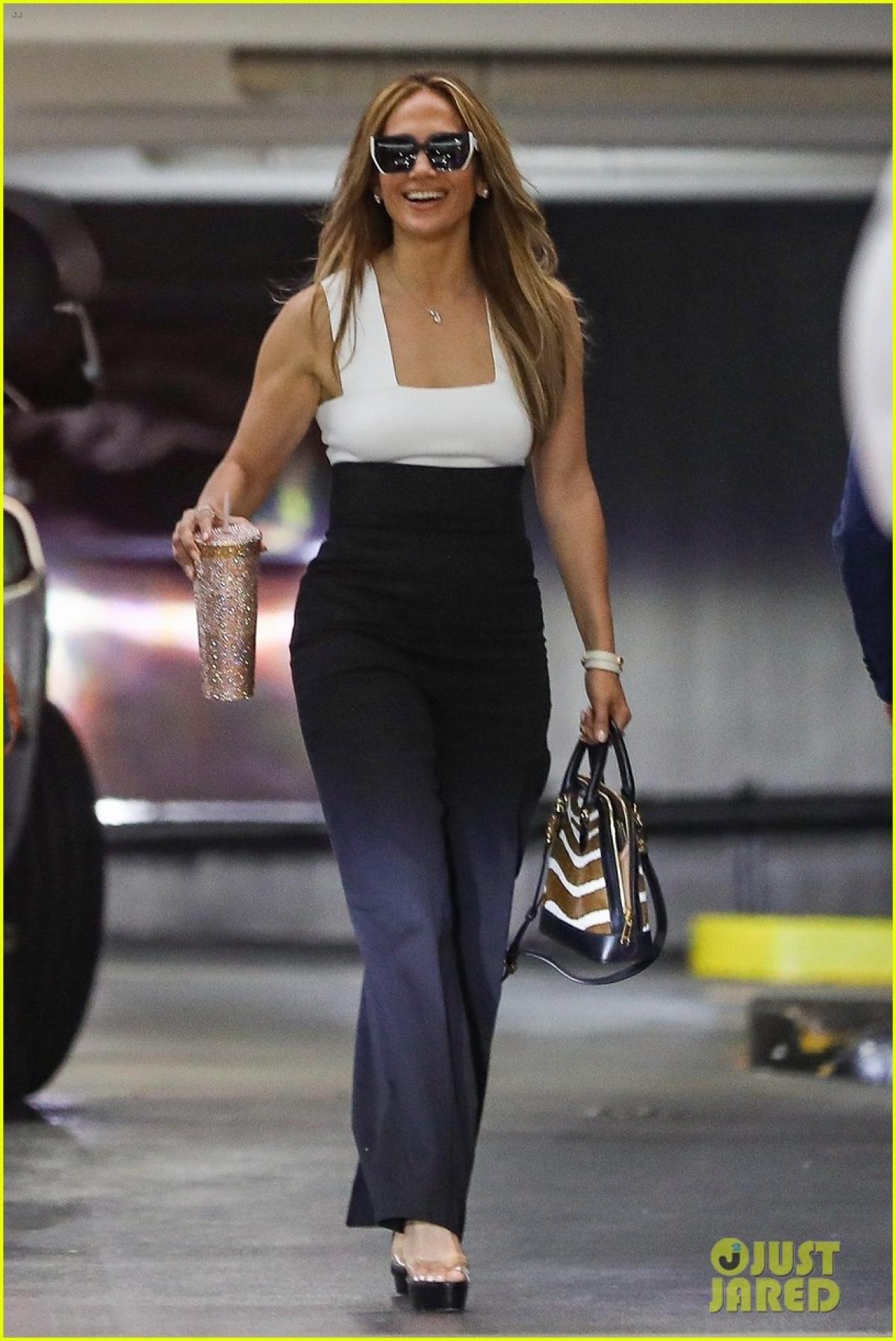 Jennifer Lopez đến văn phòng tham dự một cuộc họp kinh doanh ở California.