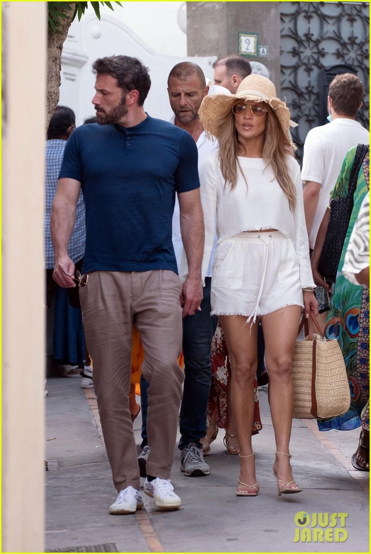 Cặp đôi nắm tay tình cảm đi dạo ở chốn đông người.