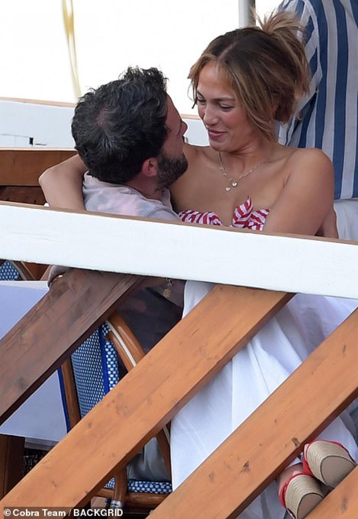 Cặp đôi cùng nhau thưởng thức bữa tối lãng mạn trên du thuyền sang trọng.
