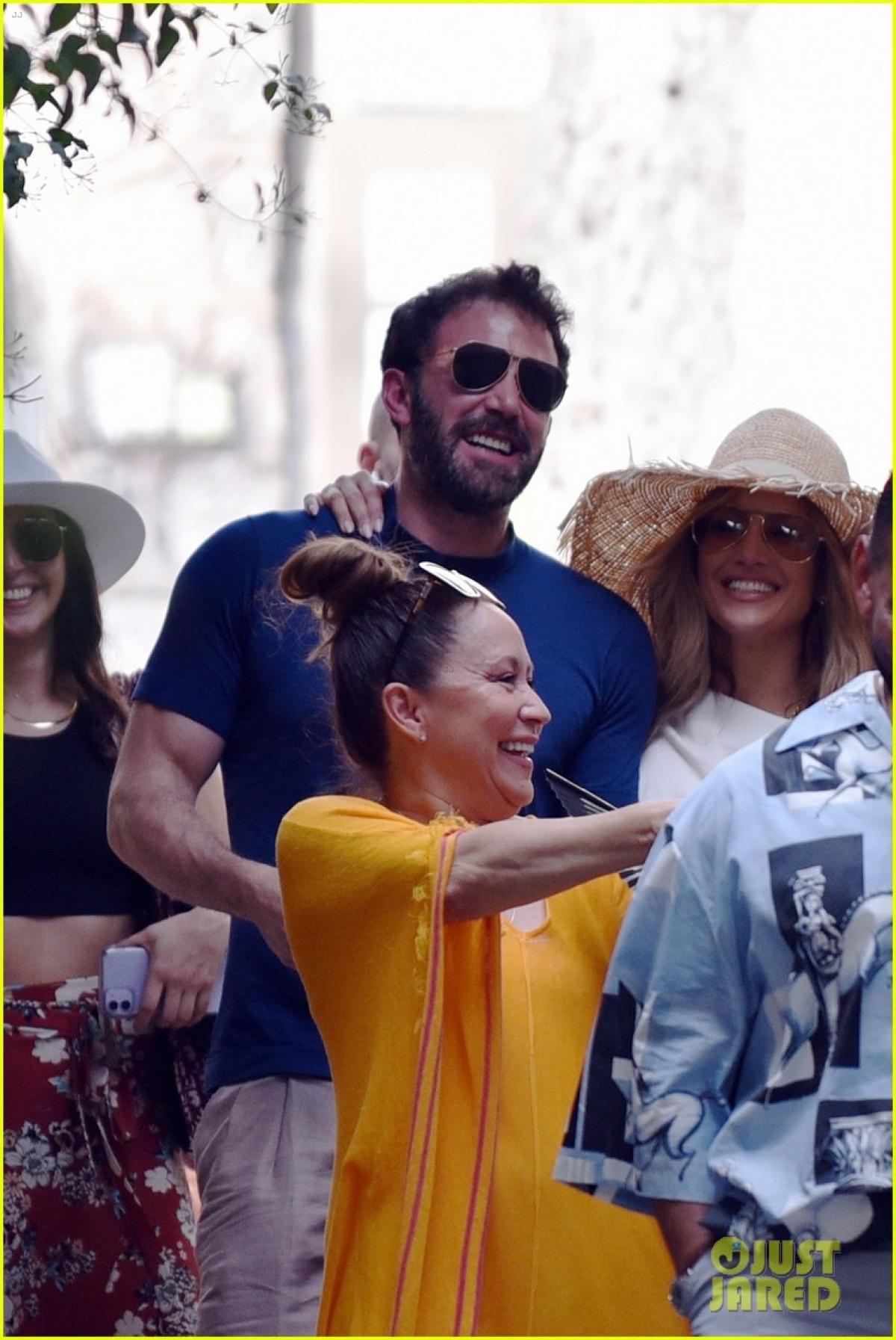 Jennifer Lopez mặc set đồ trắng giản dị, đội mũ rộng vành và nở nụ cười rạng rỡ khi sánh đôi bên bạn trai.