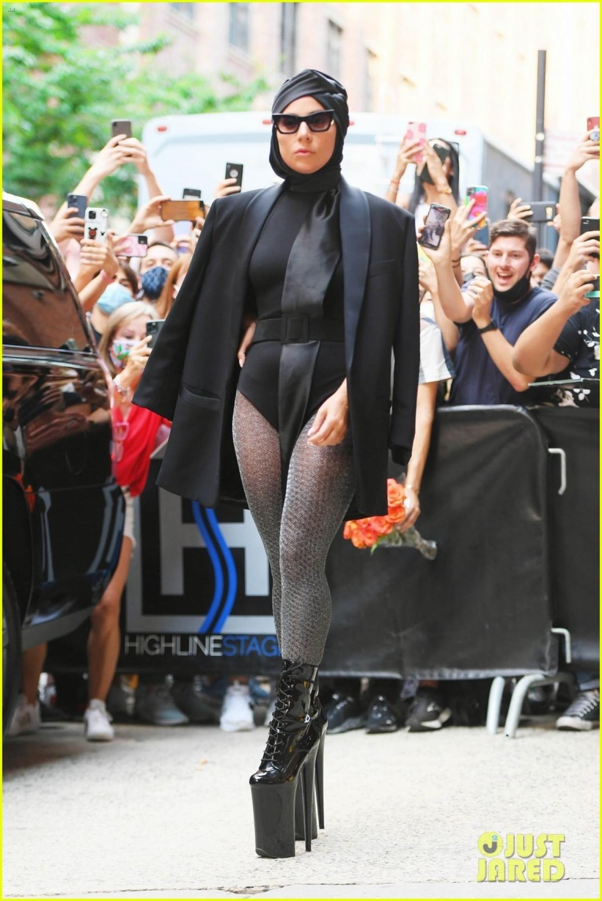 Nữ ca sĩ khoác áo blazer hờ hững bên ngoài bodysuit gợi cảm.