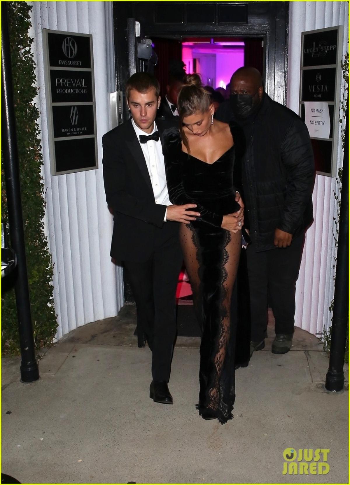 Còn Hailey Bieber diện đầm chất liệu nhung trẻ trung. Thiết kế có điểm nhấn là chi tiết bèo nhún ở phần vai, phần tà xẻ sâu với họa tiết ren xuyên thấu.