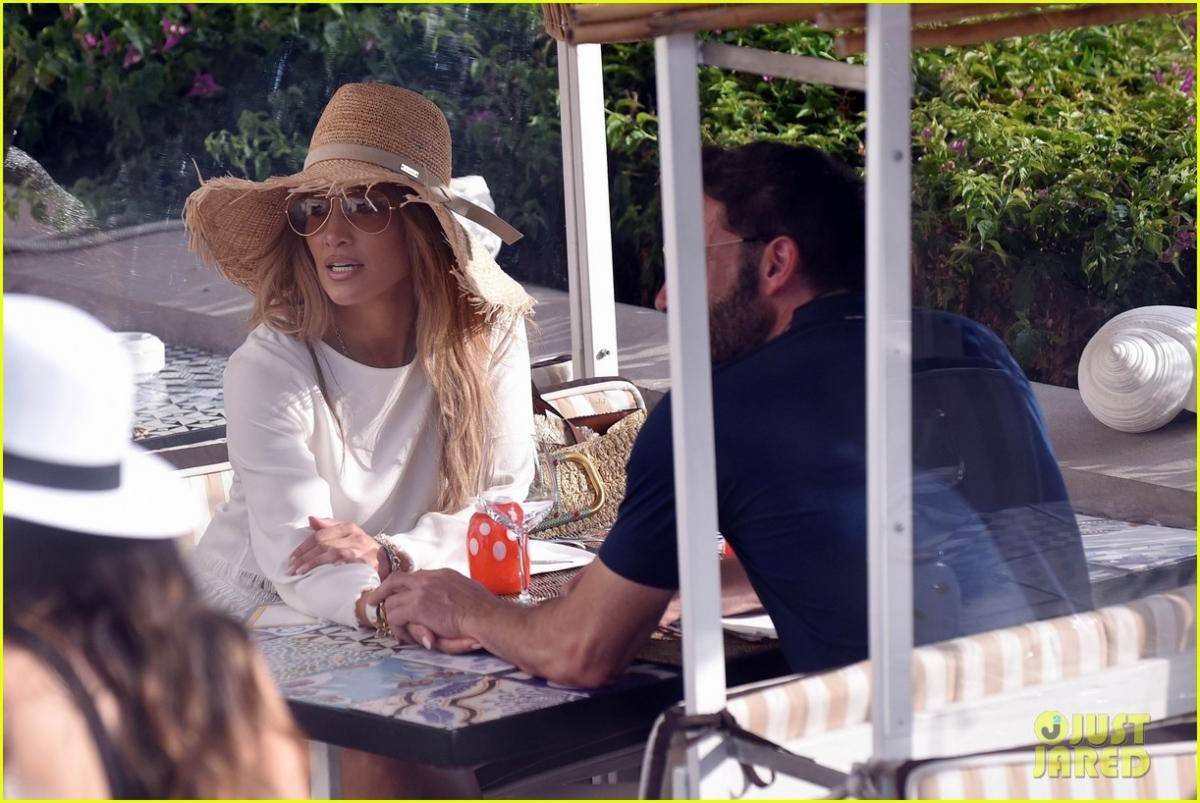 Ở tuổi 52, Jennifer Lopez vẫn rất trẻ trung, quyến rũ.