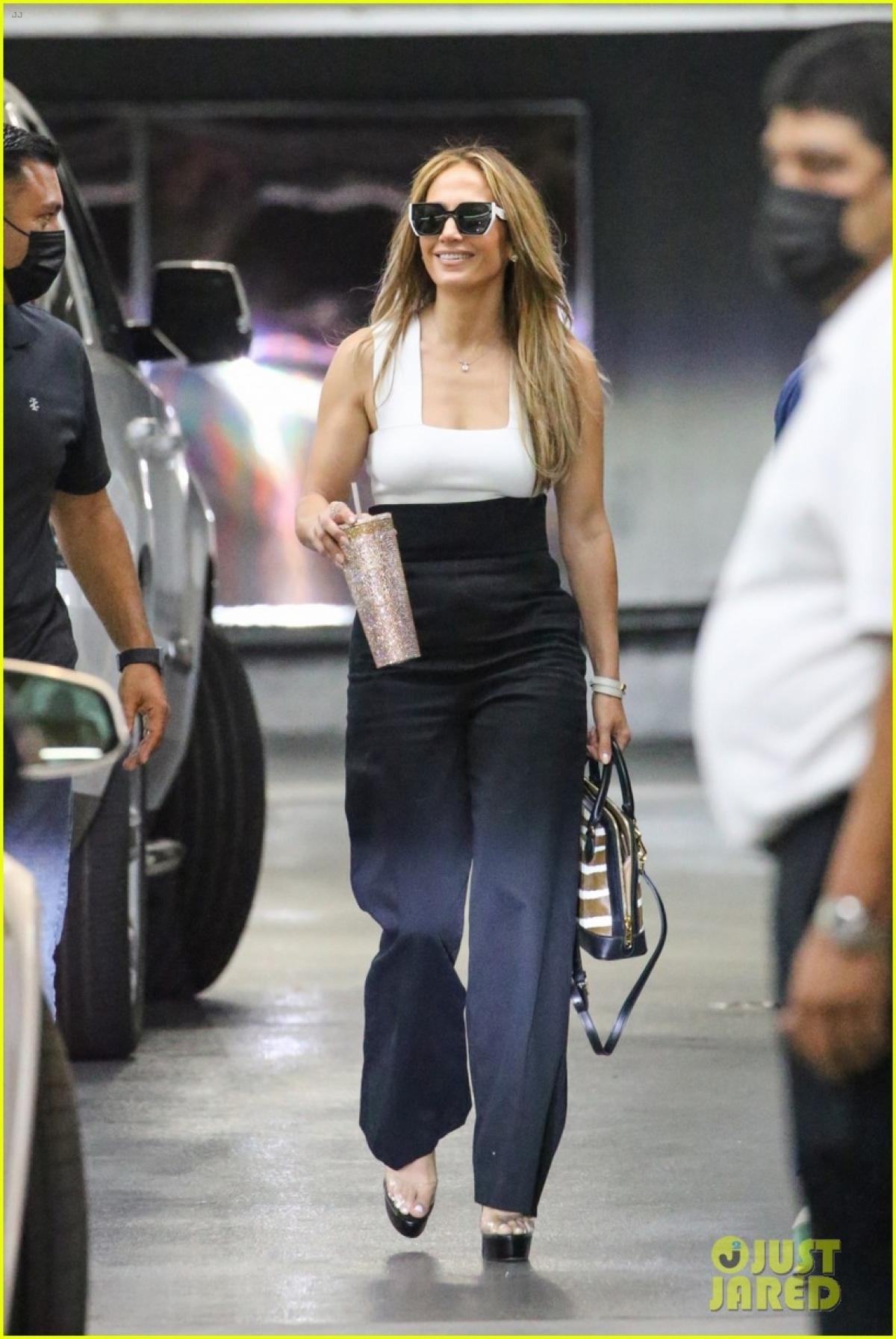 Ở tuổi 52, Jennifer Lopez vẫn thu hút bởi vẻ ngoài trẻ trung, thanh lịch và vô cùng cuốn hút.