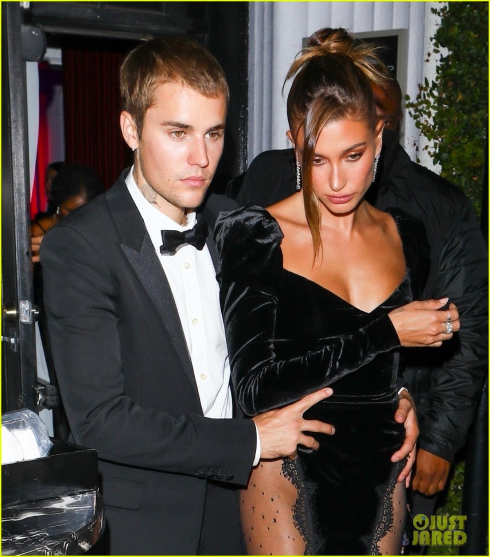 Do diện trang phục cầu kỳ, Hailey Bieber gặp khó khăn khi di chuyển, cho nên, Justin Bieber không ngại ngần đỡ vợ từ phía sau.