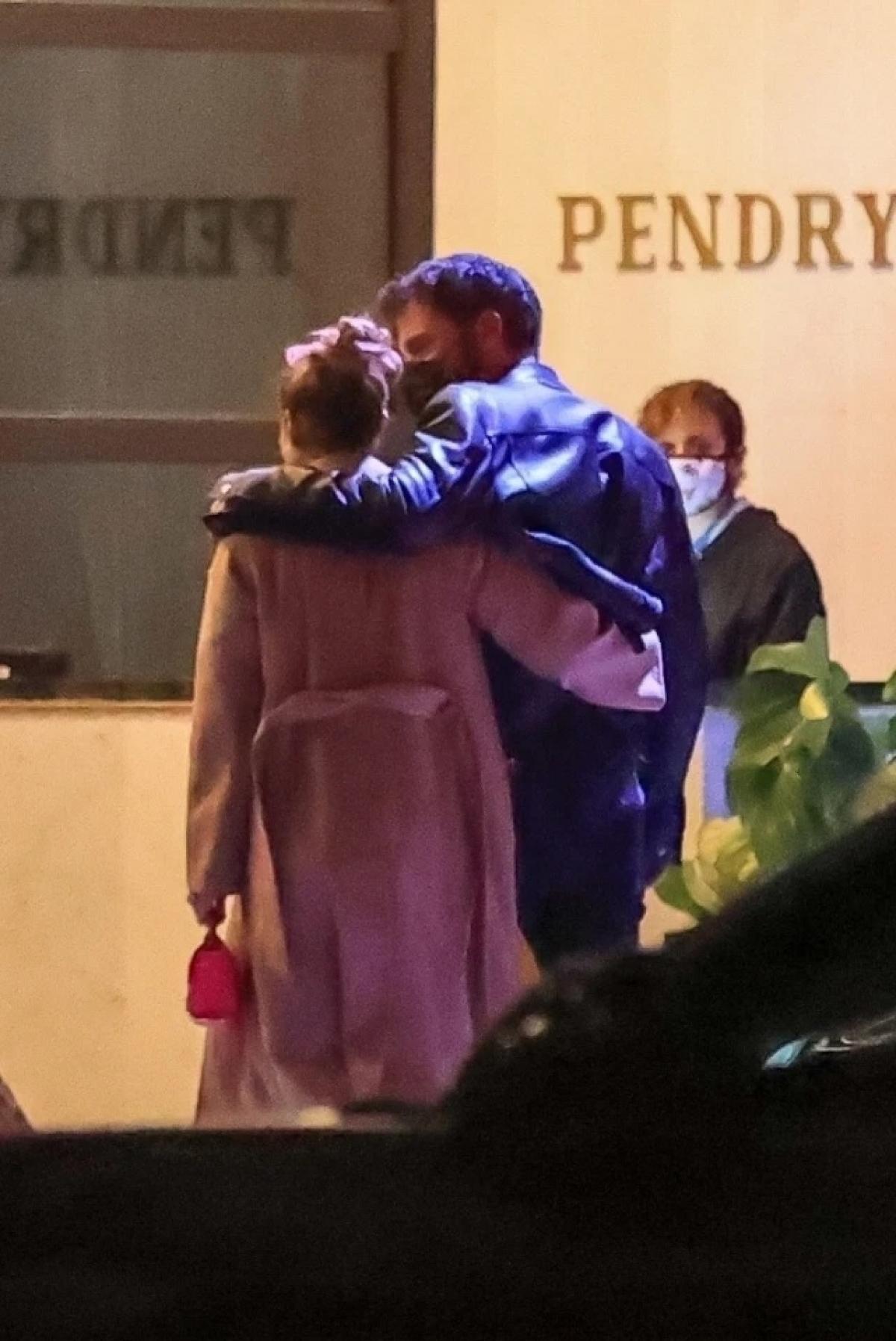 Theo nguồn tin, bạn bè xung quanh ai cũng ủng hộ cả hai quay về với nhau. Bạn bè Affleck đều yêu quý Jennifer Lopez và ngược lại.