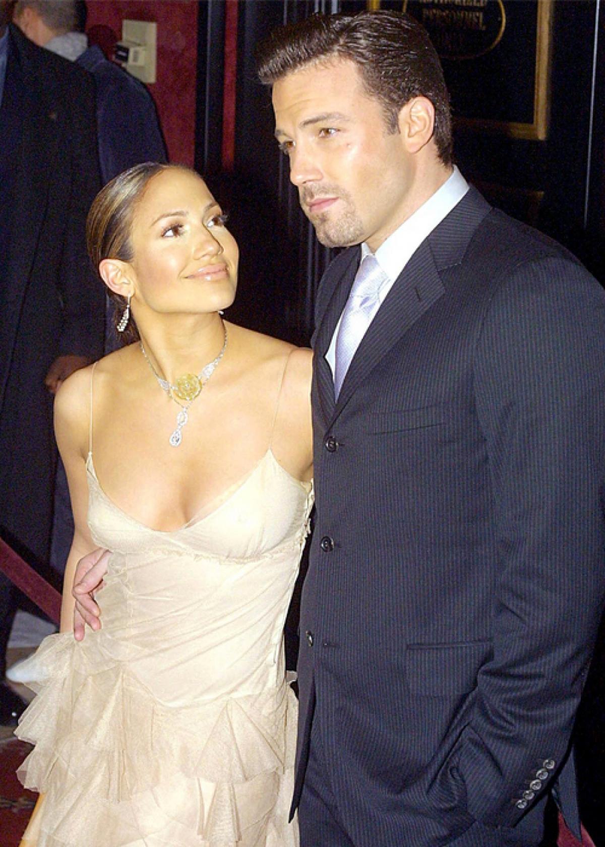 """Jennifer Lopez gặp Ben Affleck trên phim trường """"Gigli"""", sau đó hẹn hò vào đính hôn vào cuối năm 2002. Đến tháng 9/2003, cặp sao tuyên bố hoãn cưới và chính thức đường ai nấy đi vào đầu năm 2004./."""