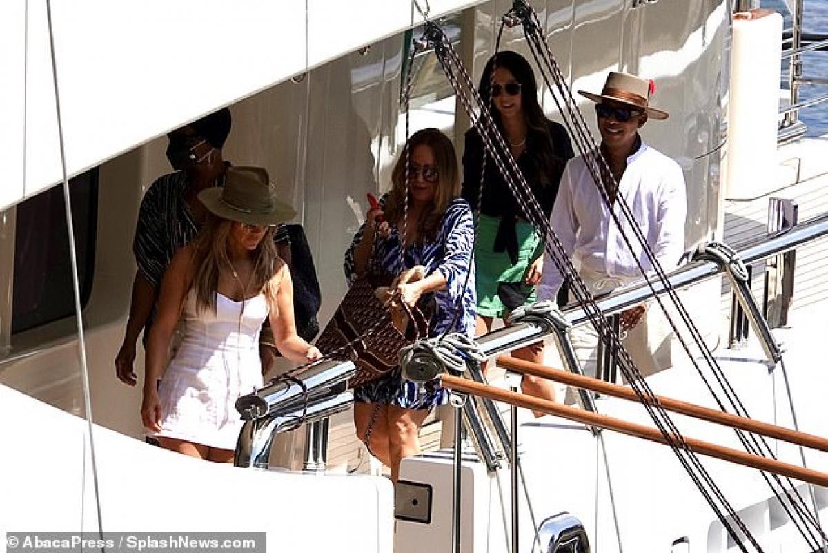 Lần đầu tiên sau nhiều năm, họ được phát hiện dành thời gian bên nhau vào tháng 4 năm nay, sau khi Jennifer Lopez chia tay Alex Rodriguez. Kể từ đó, hai ngôi sao thường xuyên bị bắt gặp đi chơi cùng nhau và dành thời gian cho các con của nhau./.