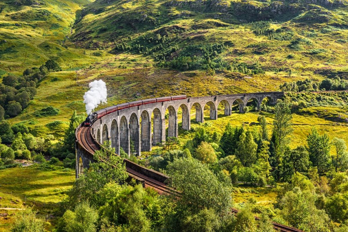 The Jacobite (Scotland) gợi nhớ đến chuyến tàu Hogwarts Express nổi tiếng. Trong khoảng thời gian từ tháng 4 đến tháng 10, đoàn tàu này chạy từ Fort William đến Mallaig và đi qua rất nhiều cảnh quan tuyệt đẹp.