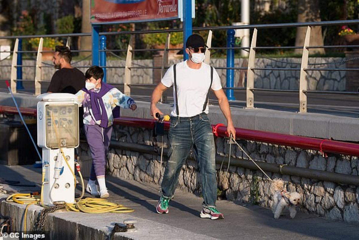 Orlando Bloom dắt thú cưng đi dạo phố ở Ý ngày 30/7.