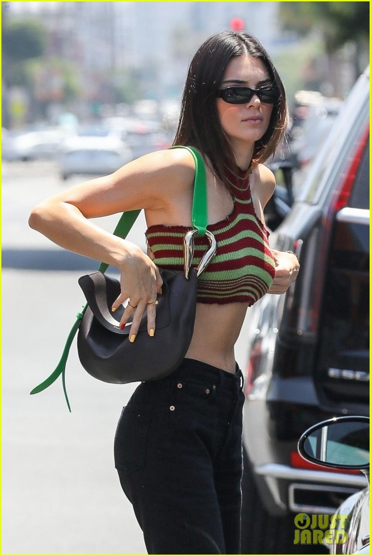 Người đẹp đeo túi xách hàng hiệu ra phố.