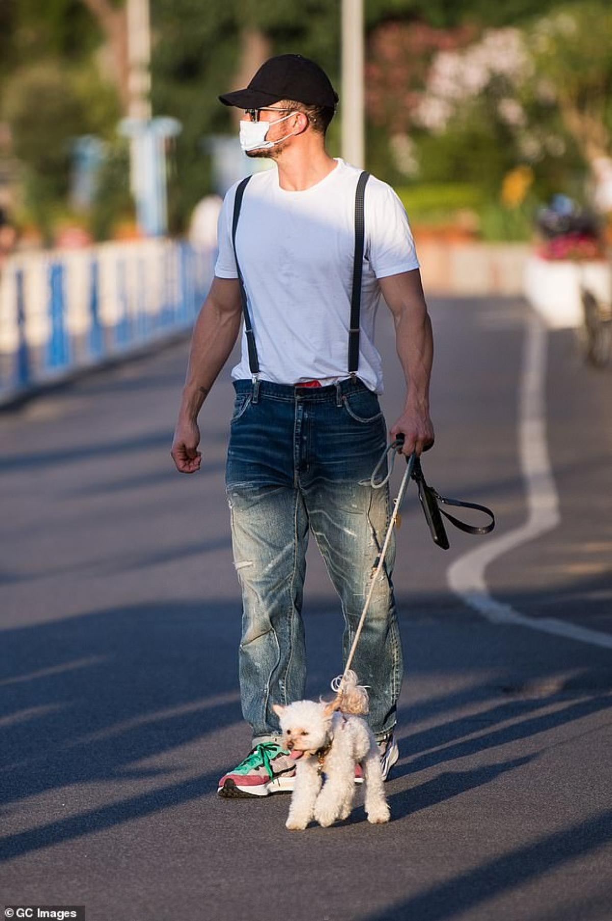 Nam diễn viên mặc áo phông, quần jeans trẻ trung, khỏe khoắn.