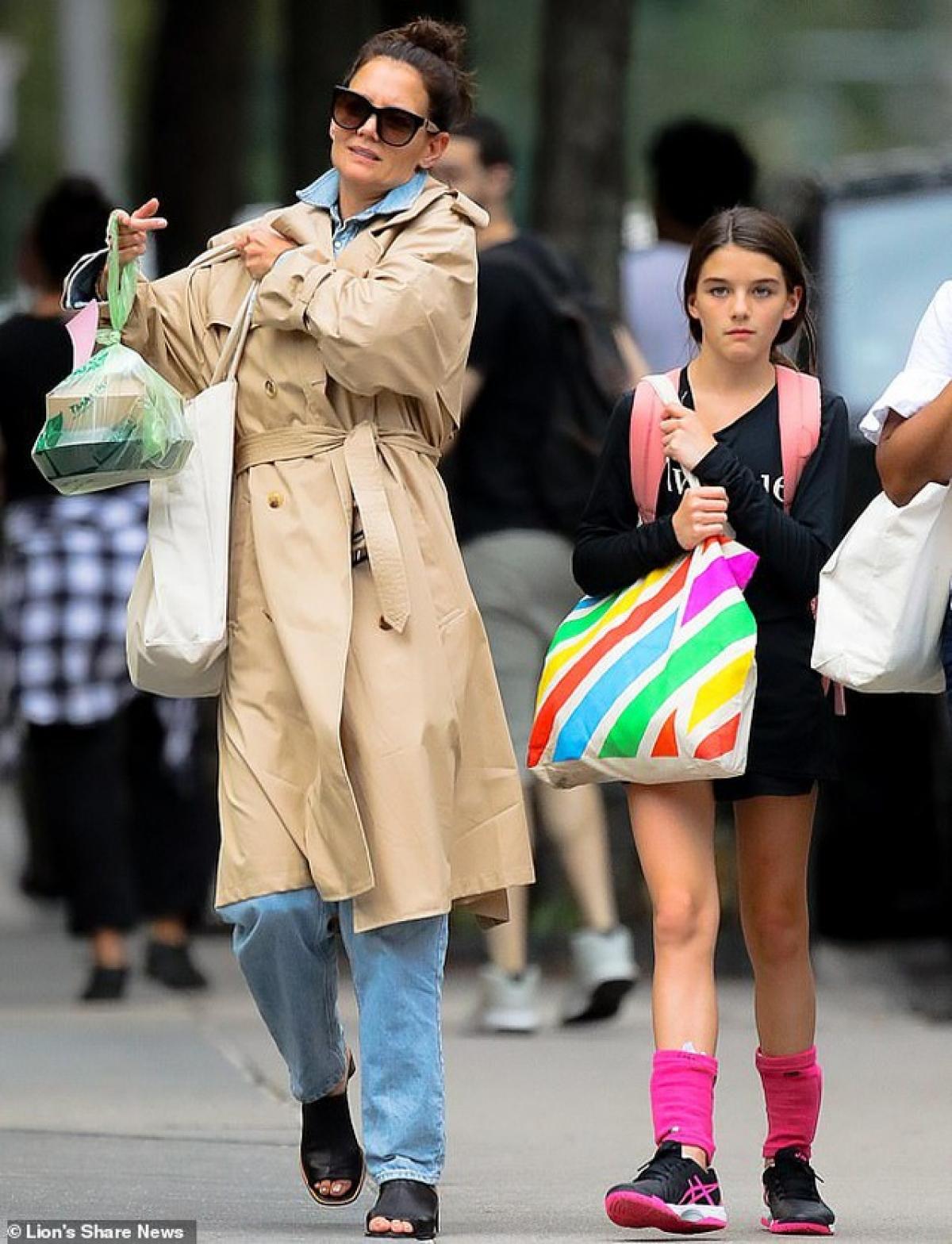 Suri Cruise và mẹ Katie Holmes hiện đang có cuộc sống kín đáo, bình lặng tại New York.