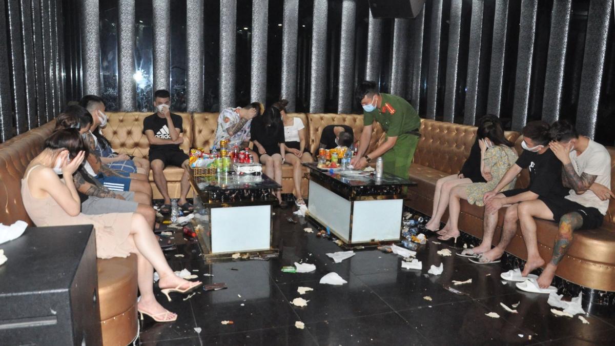 48 người (26 nam, 22 nữ) có biểu hiện sử dụng trái phép chất ma túy trong quán karaoke.