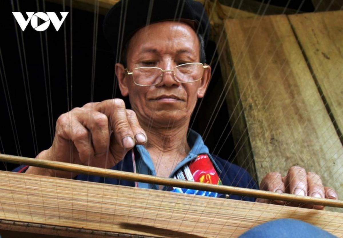 Lo Sanh Phin weaves vầu screen.