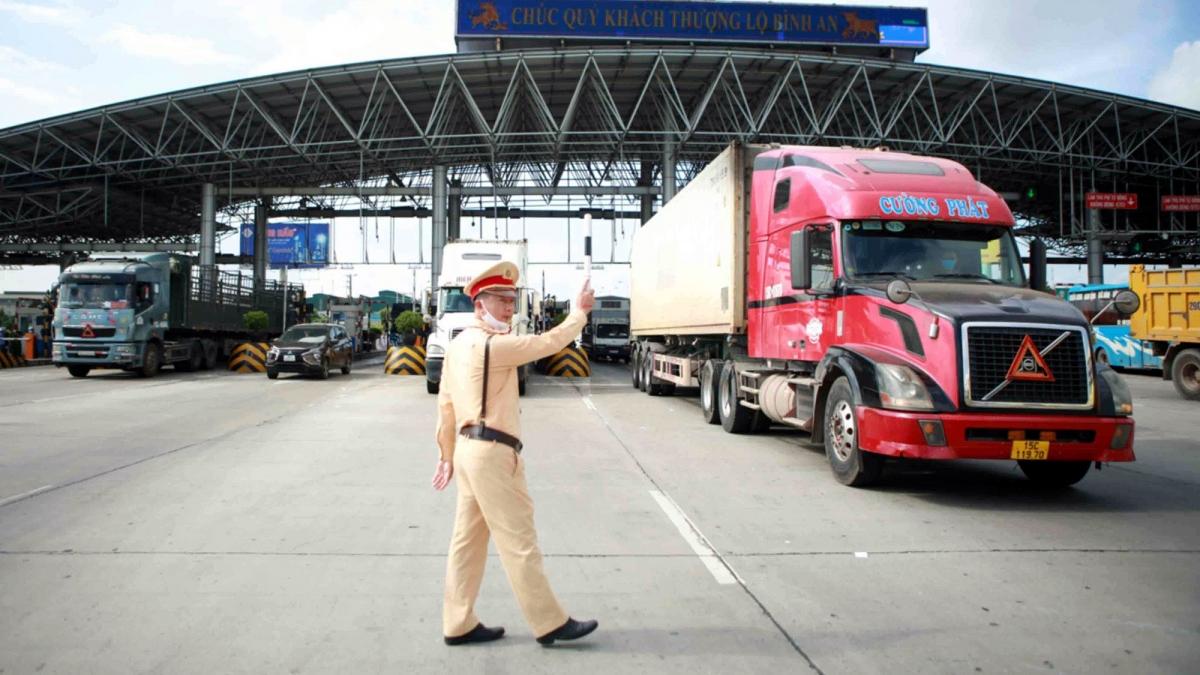 Việc kiểm soát hàng hóa ra - vào vùng dịch tiêu tốn nhiều thời gian, công sức của lực lượng chức năng và các doanh nghiệp vận tải. Ảnh minh họa: Vietnamnet
