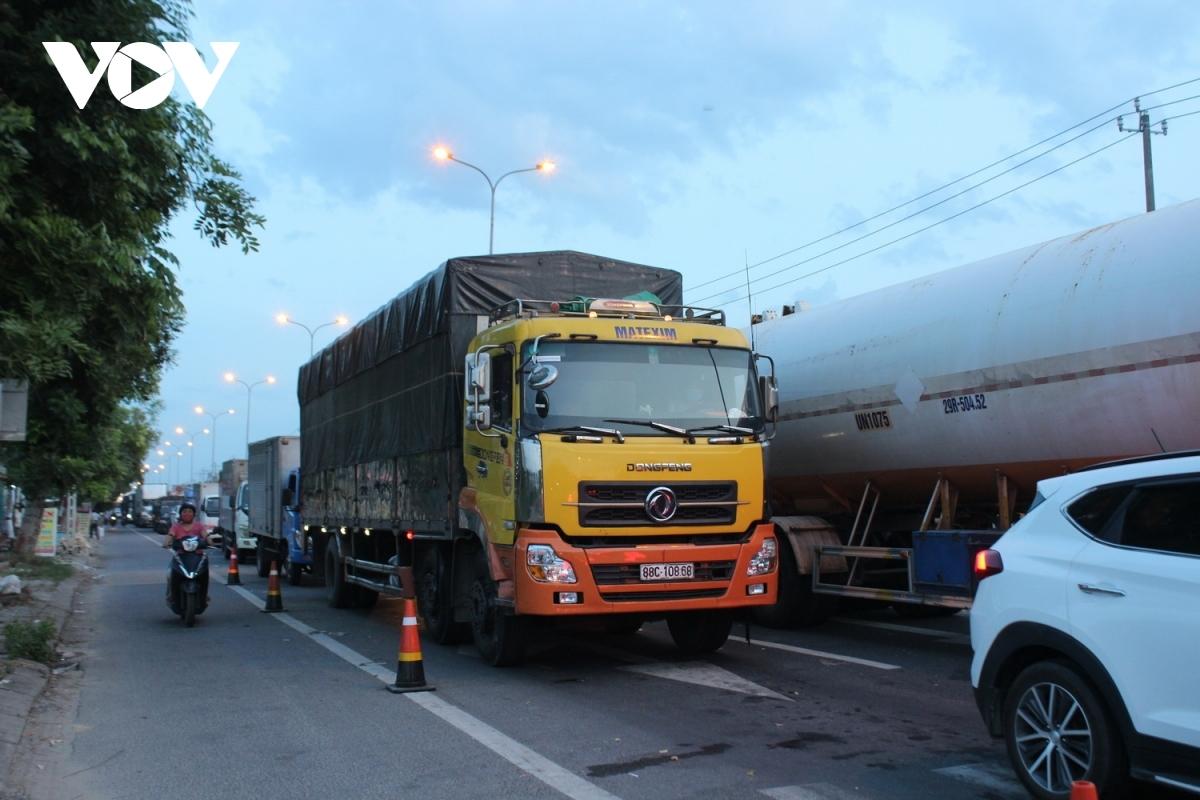 Xe hàng hóa chờ qua trạm kiểm soát dịch khi vào Đà Nẵng.