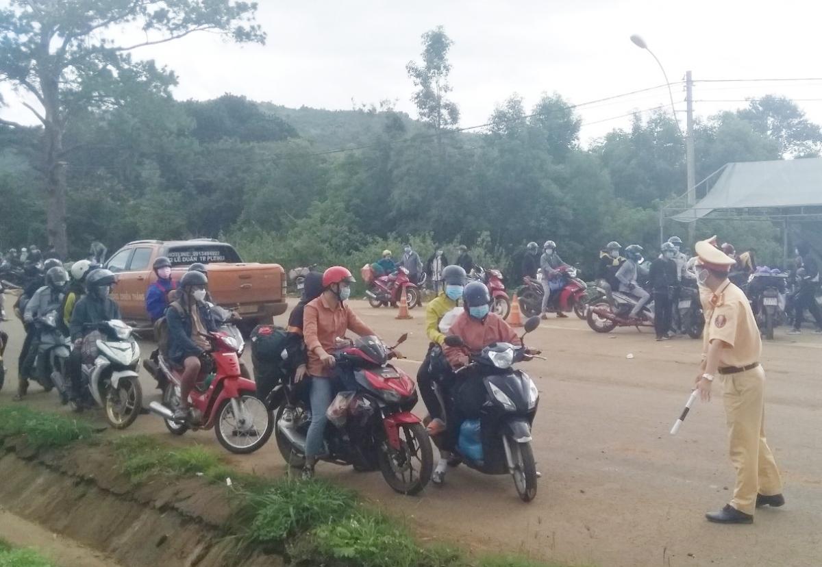 Kiểm soát người về từ các tỉnh vùng dịch phía Nam tại Trạm Sao Mai, thành phố Kon Tum.