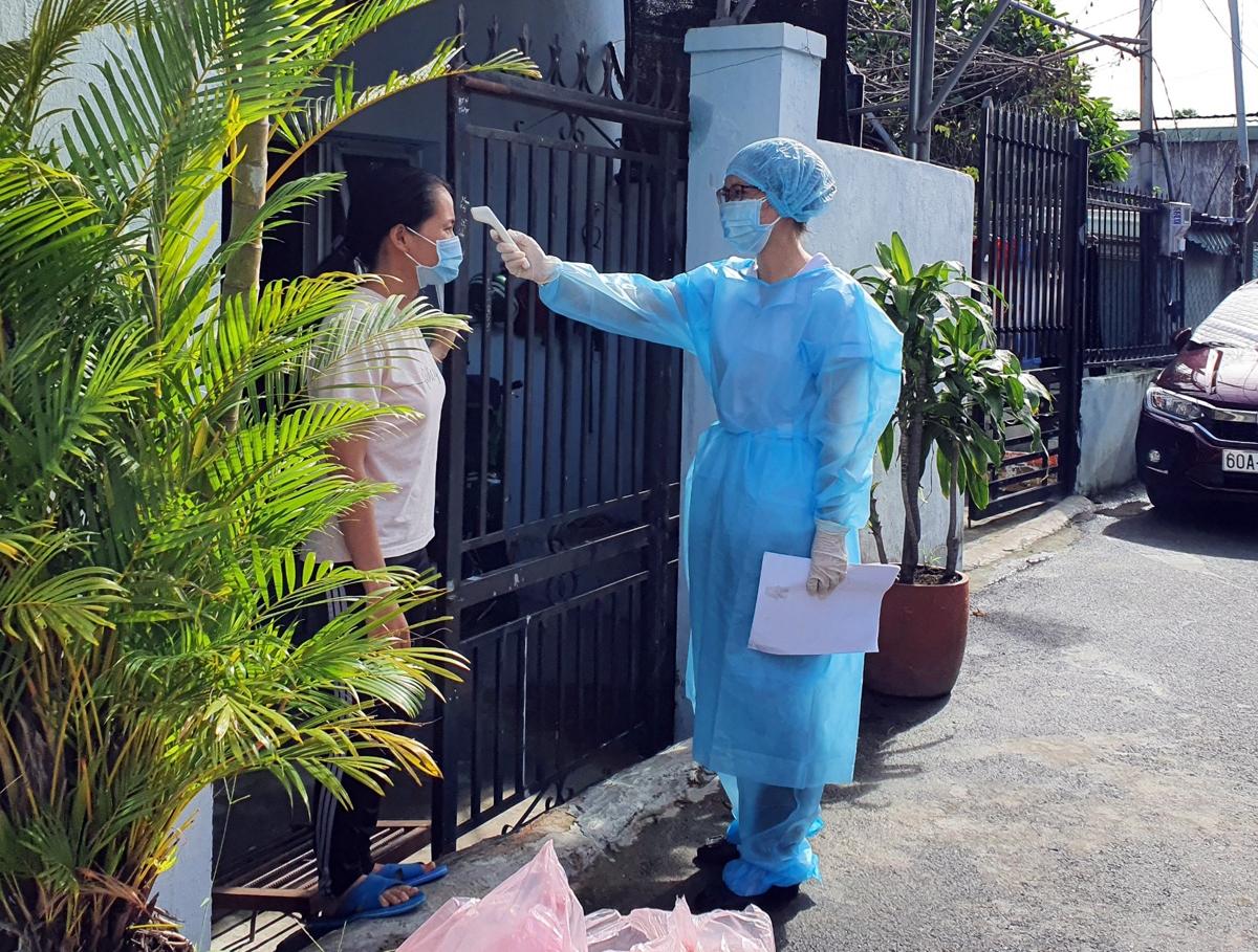 Lực lượng y tế kiểm tra sức khỏe người dân TP Biên Hòa. (Ảnh: Trung tâm Kiểm soát bệnh tật tỉnh Đồng Nai)