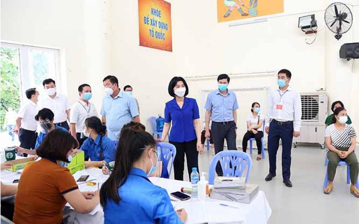 Phó Chủ tịch Thường trực HĐND TP Phùng Thị Hồng Hà kiểm tra tại điểm tiêm vaccine Covid-19 Trường Tiểu học Thịnh Liệt, quận Hoàng Mai