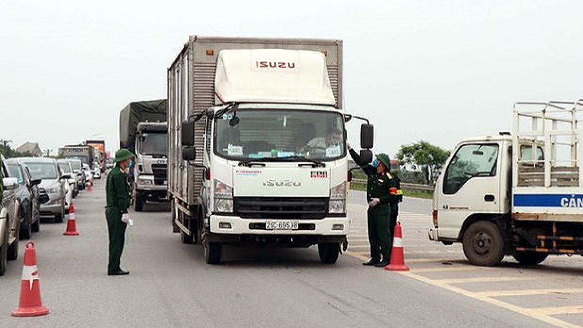 Kiểm soát danh mục hàng hóa thiết yếu khiến nguồn cung hàng hóa chậm trễ, ùn ứ phương tiện vận tải tại nhiều địa phương. Ảnh minh họa: VGP