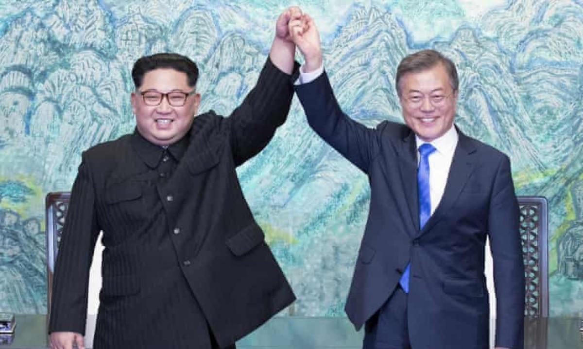 Tổng thống Hàn Quốc Moon Jae-in và Nhà lãnh đạo Triều Tiên Kim Jong-un. Ảnh: AP.