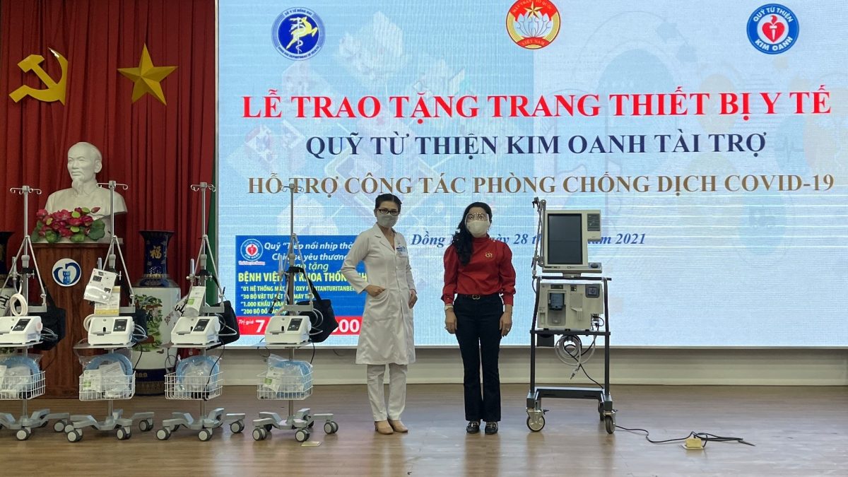 Bà Đặng Thị Kim Oanh (phải) trao tặng trang thiết bị y tế đợt 2 cho tỉnh Đồng Nai.