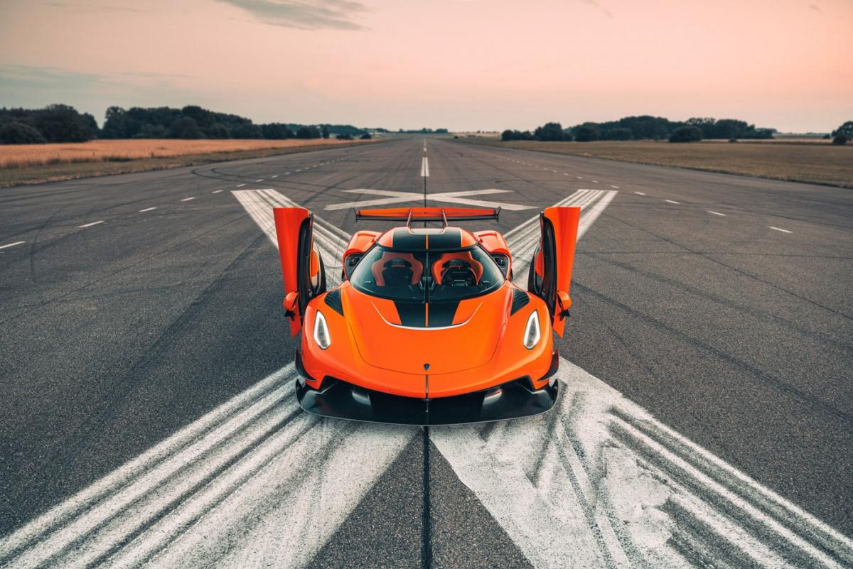 Tuy vậy, tính chất GT của chiếc xe không vì thế mà mất đi. Nó vẫn có được bộ ghế thể thao tạo cảm giác thoải mái cho người ngồi. Da bọc có màu chủ đạo là đen với các chi tiết tương phản màu cam, kết hợp cùng sợi carbon ở nhiều vị trí.
