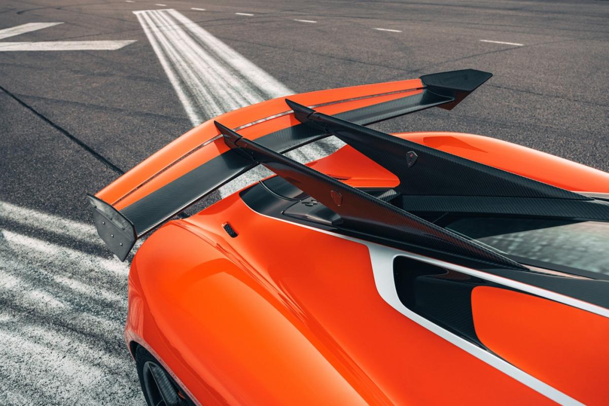 """""""Nó không hề có sự trì hoãn, nó phản hồi và vận hành theo đúng những gì bạn muốn. Với một chiếc xe có kích cỡ và sức mạnh như vậy, nó cực linh hoạt theo bạn khi đánh lái và không hề lắc khi đột ngột tăng tốc""""."""