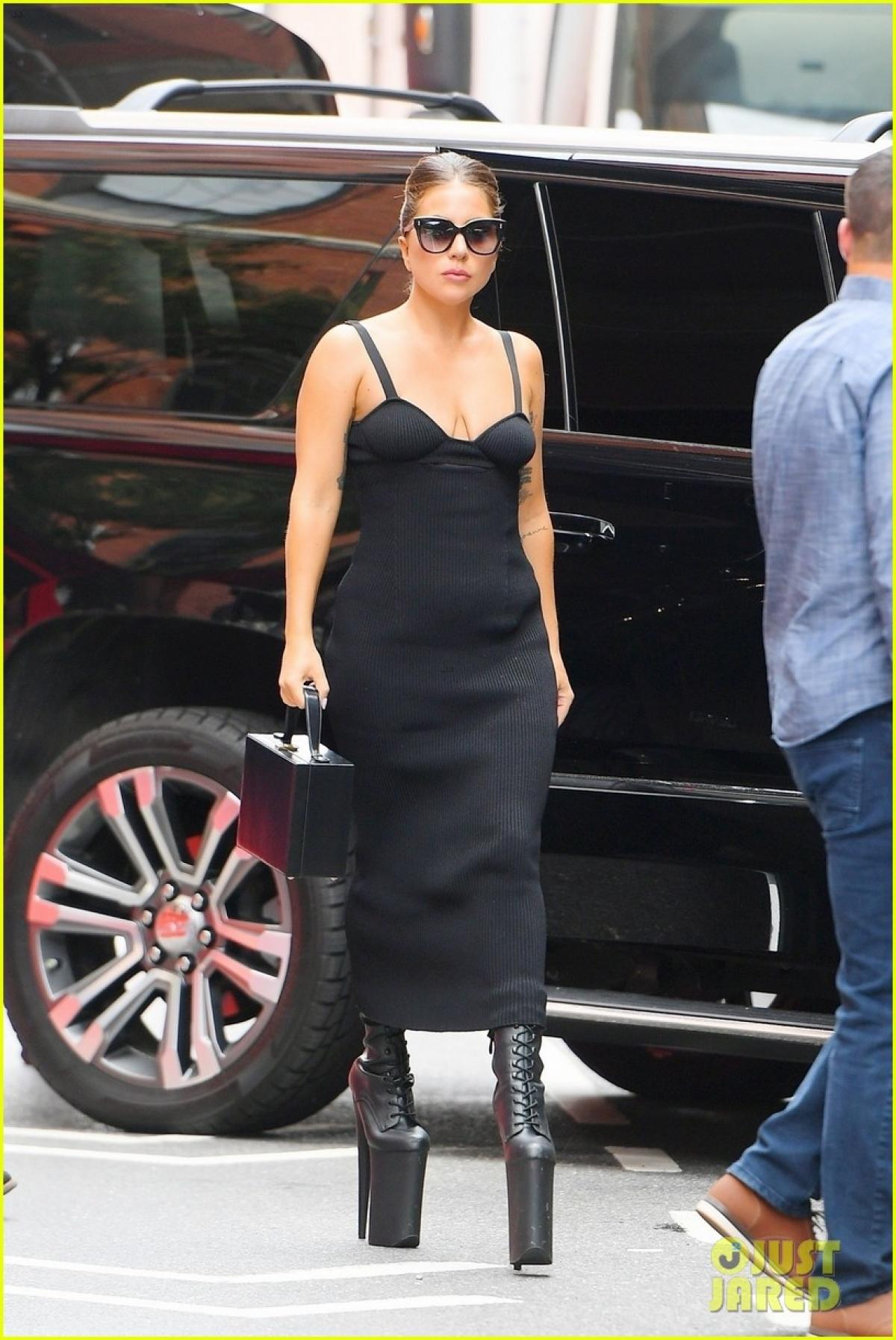 Đôi bốt cao gót của Lady Gaga khiến nhiều người ngỡ ngàng.