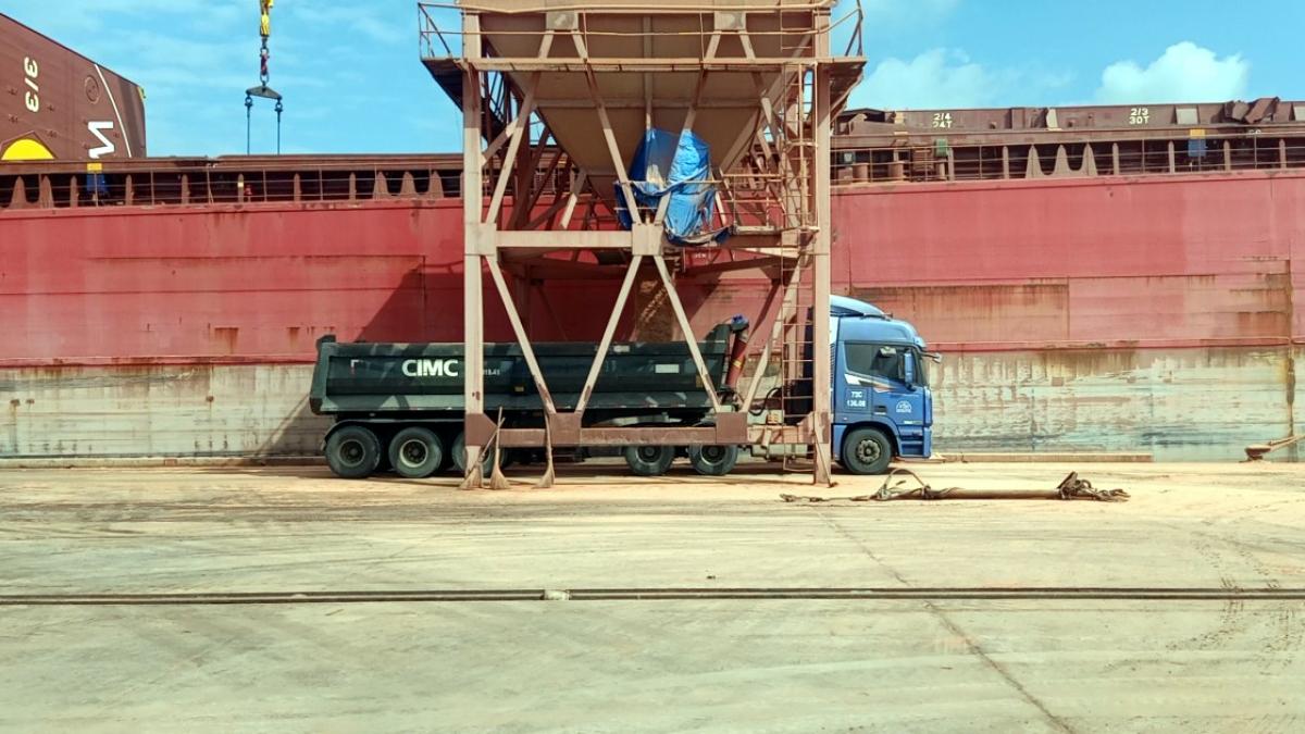Làm hàng tàu kali nhập khẩu.