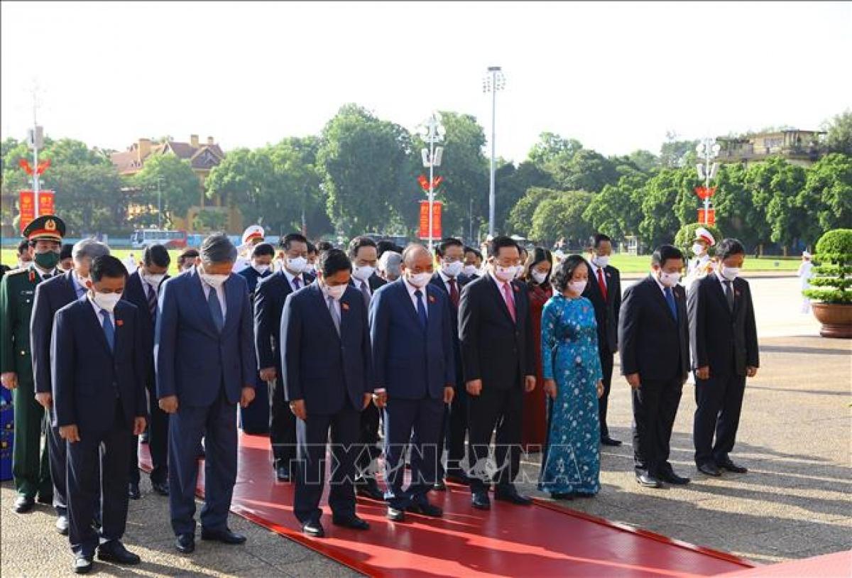 """Tiếp đó, các đồng chí lãnh đạo Đảng, Nhà nước đã tới đặt vòng hoa, vào Lăng viếng Chủ tịch Hồ Chí Minh. Vòng hoa của Đoàn mang dòng chữ """"Đời đời nhớ ơn Chủ tịch Hồ Chí Minh vĩ đại"""". Các đại biểu đã thành kính bày tỏ lòng biết ơn vô hạn với công lao to lớn của Người đối với sự nghiệp cách mạng vẻ vang của Đảng và dân tộc ta.Ảnh: Nguyễn Điệp/TTXVN"""
