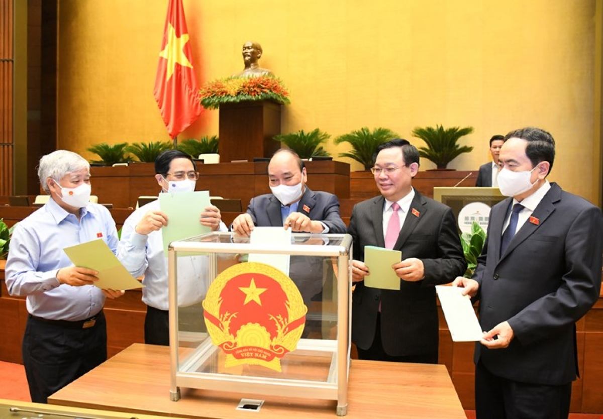 Các đại biểu Quốc hội bỏ phiếu kiện toàn nhân sự tại Kỳ họp thứ nhất.