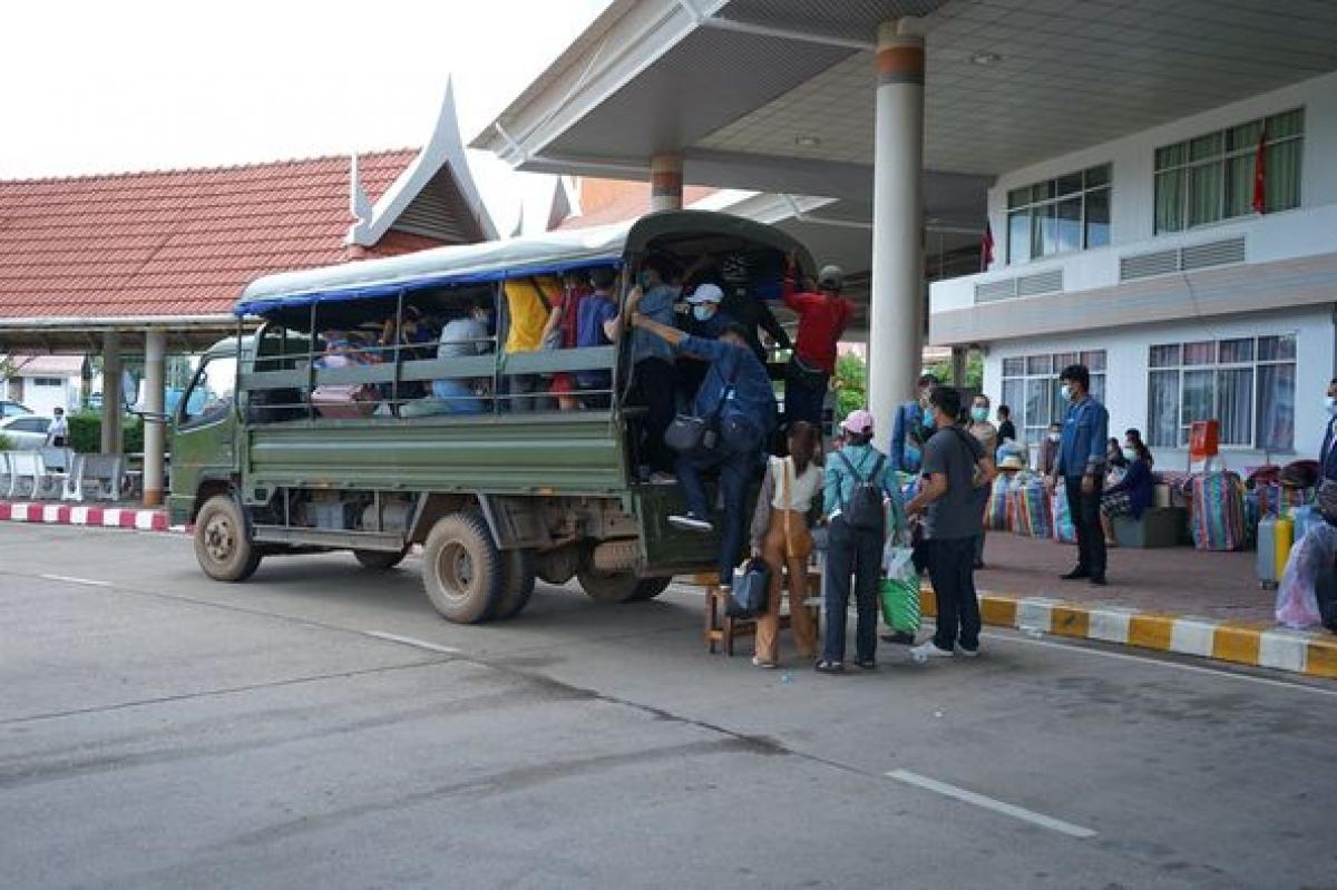 Lao động Lào sau khi nhập cảnh được đưa đi cách ly. Nguồn: Đài phát thanh Lào.