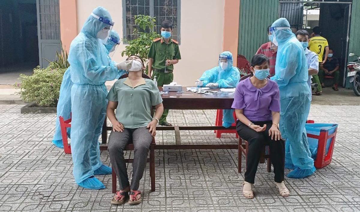 Lấy mẫu xét nghiệm trong cộng đồng tại Tây Ninh. (Ảnh: Thắm Nguyễn)
