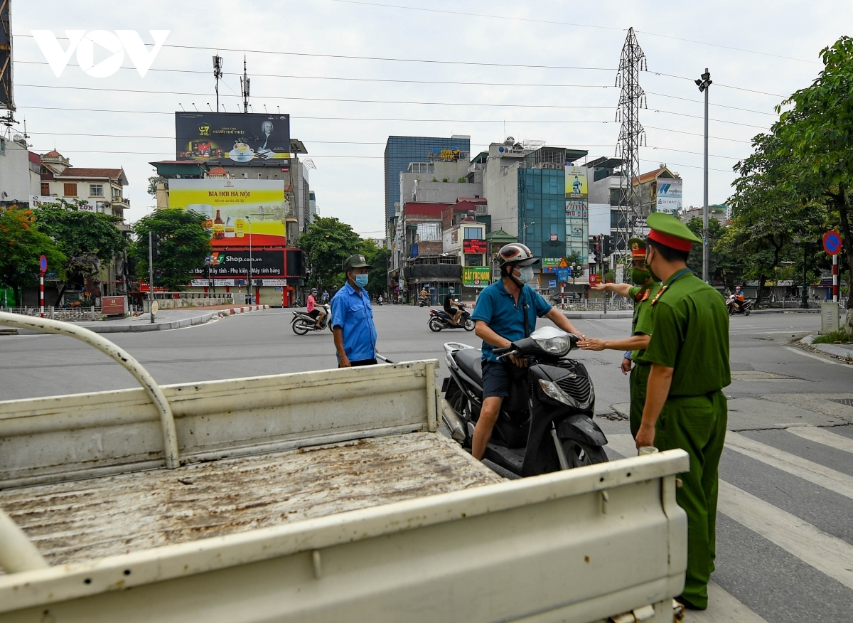 The authorities of Hai Ba Trung district put the hospital into lockdown for 14 days in an effort to control the spread of the COVID-19 pandemic.