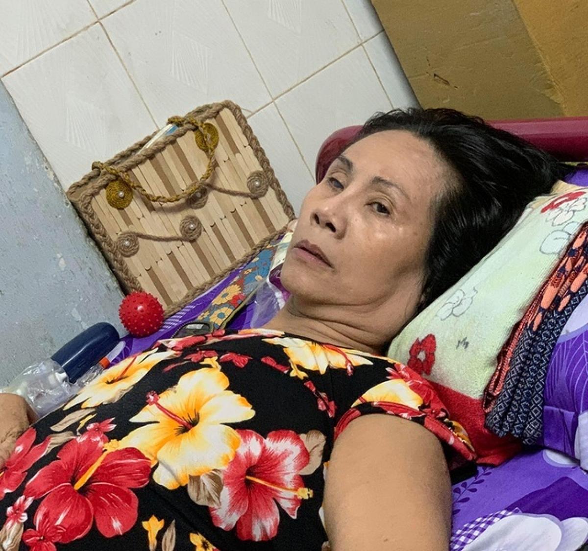Do biến chứng, nữ nghệ sĩ khó khăn trong việc di chuyển và nhờ người thân chăm sóc.