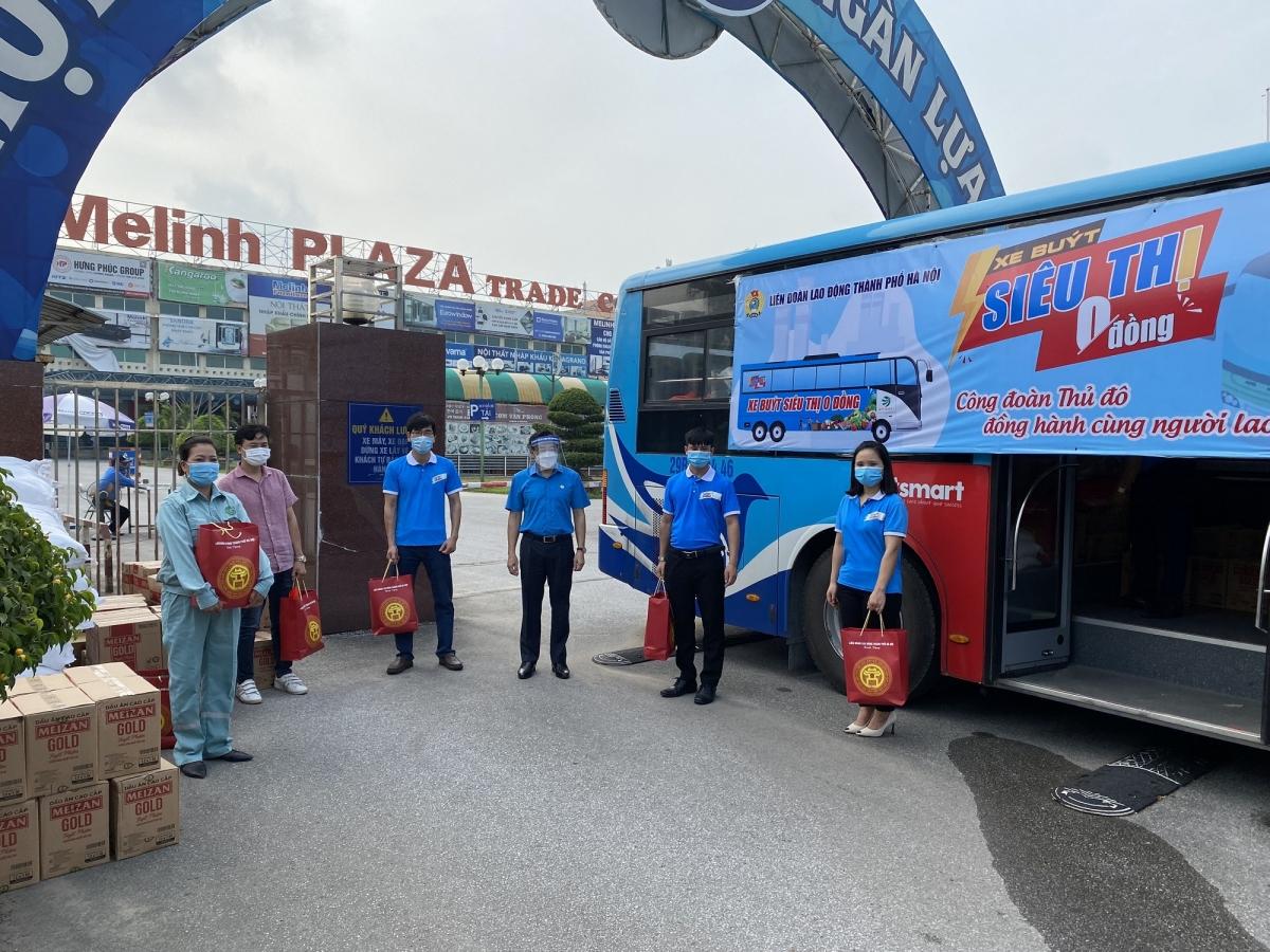 """Điểmđến của chuyến """"Xe buýt siêu thị 0 đồng"""" trong buổi sáng 29/7 là 23 doanh nghiệp, đơn vị khó khăn thuộc thuộc LĐLĐ huyện Mê Linh và công đoàn ngành Xây dựng Hà Nội."""