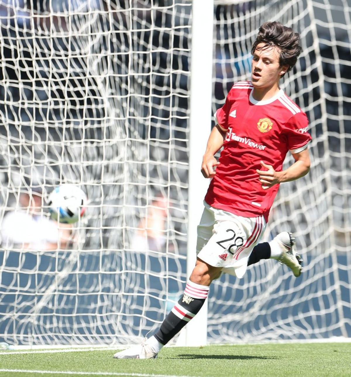 Facundo Pellistri ghi bàn vào lưới trống. (Ảnh: Getty)