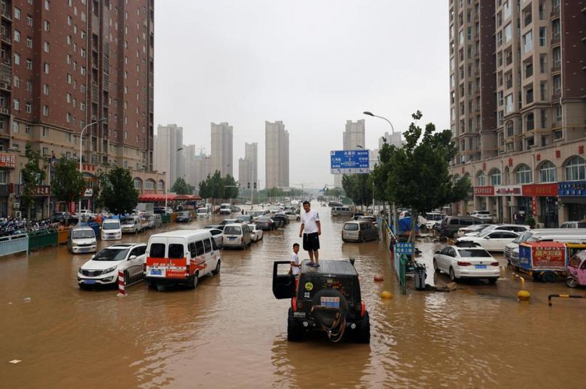 Hơn 7,5 triệu dân chịu ảnh hưởng bởi lũ lụt ở tỉnh Hà Nam, 56 nạn nhân thiệt mạng và hơn 1,5 triệu người phải sơ tán. Ảnh: Reuters
